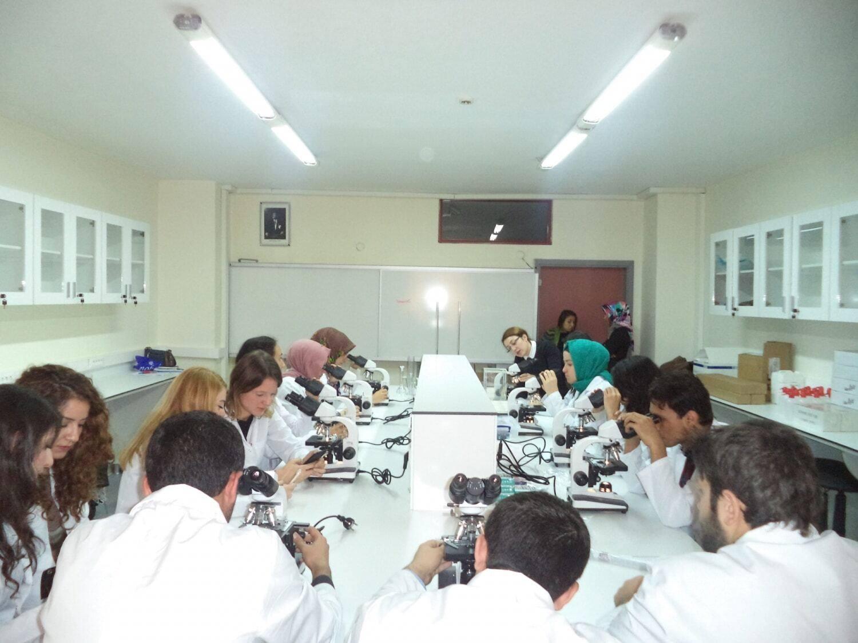 İstanbul Arel Üniversitesi Optisyenlik Laboratuvarı